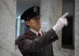 きっりっと立哨! 警備員としての存在感が「安全と安心」を印象付けるます!