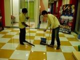 床を掃いています