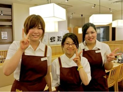職人もスタッフもみーんな笑顔♪和気あいあいとした雰囲気