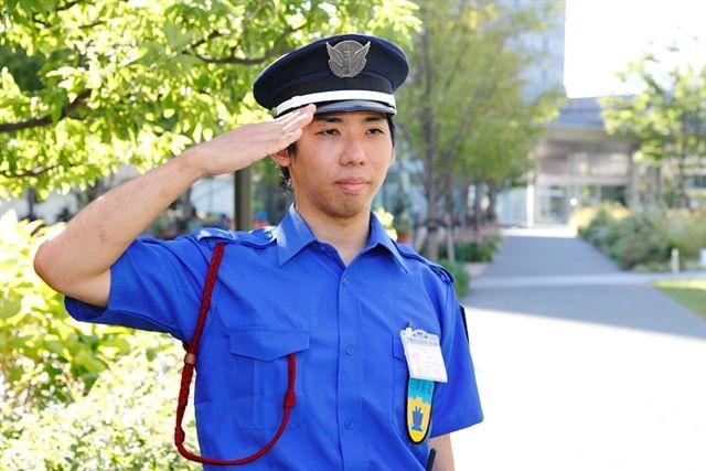 青い警備員の制服に身を包み、ビルの安心・安全を守ります