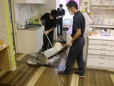 専用の機械や洗剤を駆使してお掃除♪運動不足も自然に解消